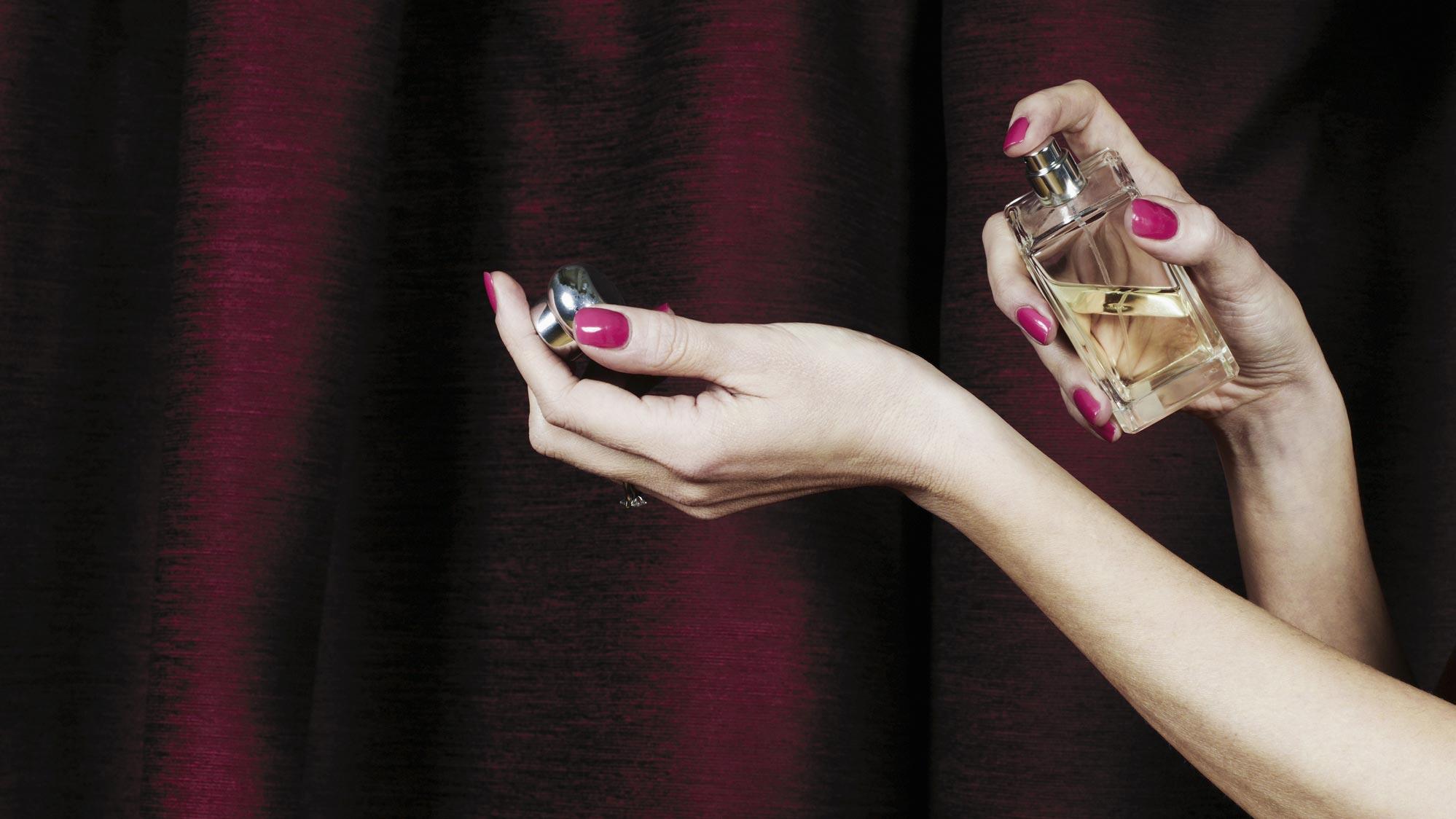 mains-femme-parfum-poignet