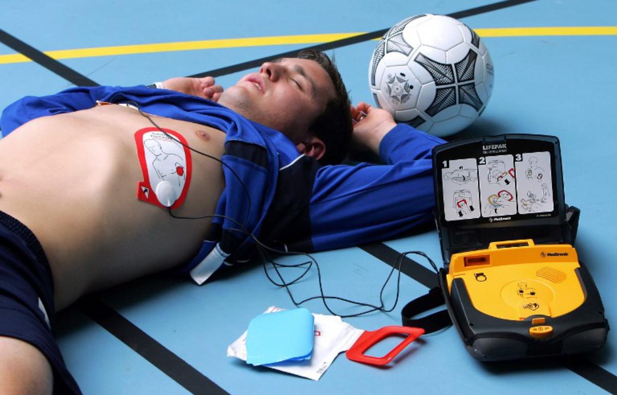 1200x768_personne-pose-electrodes-defibrillateur-externe-automatique-dea-jeune-homme