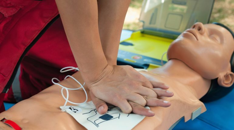 qu-est-ce-qu-un-defibrillateur