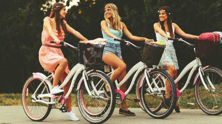 bande-femmes-amies-sourire-velos