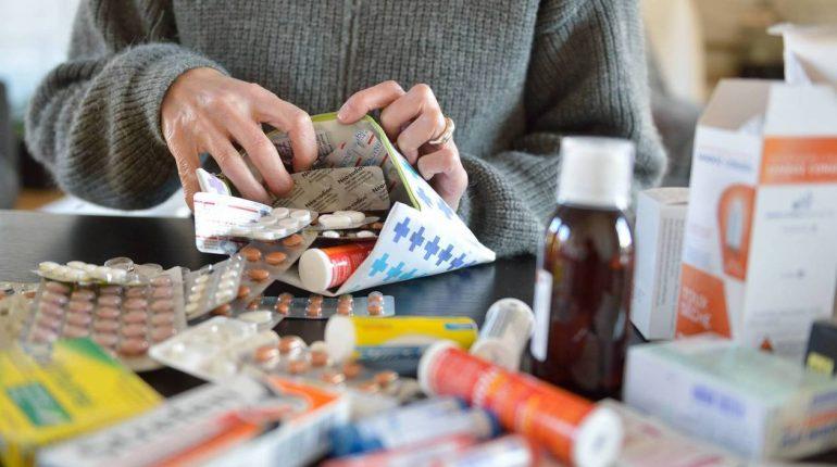 """Illustration sujet """"Les Français stockent trop de médicaments chez eux"""". *** Local Caption *** 11884t de médicaments collectés en 2016 Le message passe de mieux en mieux. Les comprimés et sirops périmés ou non utilisés sont déposés dans les pharmacies. Chaque Français a rapporté 181g de médicaments, en moyenne, en 2016."""