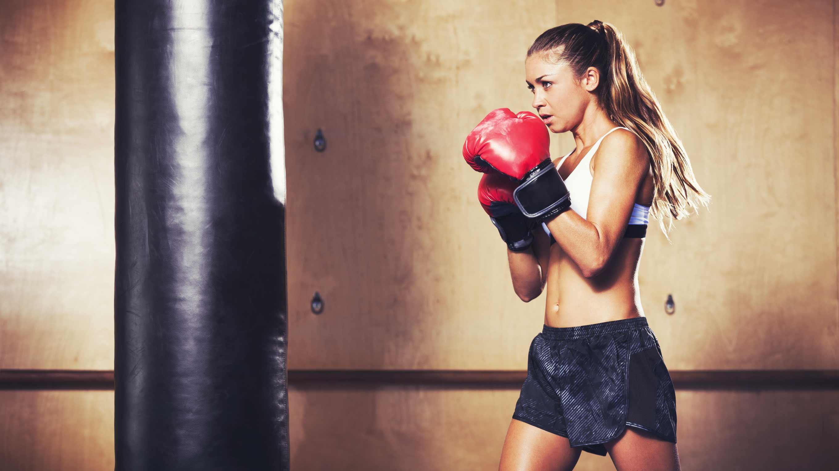 boxe-femme-blonde-gants